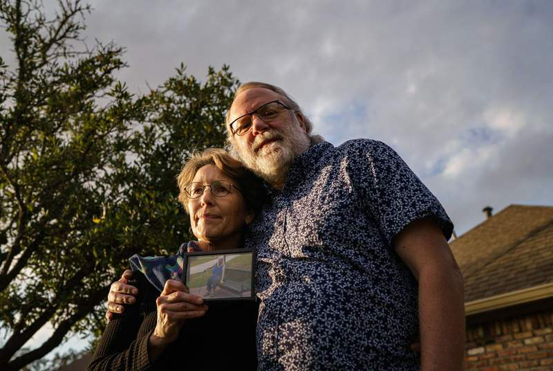 Chris Mabe, left, with her husband Jim, holding a photo of her 81-year-old mother, Jewel Bergan-Brumbaugh, who died this March.                    Credit: Jordan Vonderhaar for The Texas Tribune