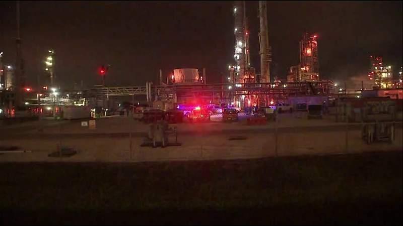 Texas chemic  works  leak leaves 2 dead, dozens injured