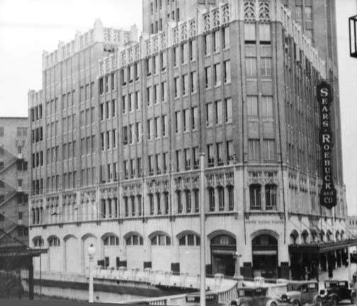 A Sears-Roebuck Store in the Smith-Young Tower in downtown San Antonio. This image was taken between 1930-1935. The St. Mary's Street bridge is in the foreground. Image: UTSA Special Collections, San Antonio Express-News collection