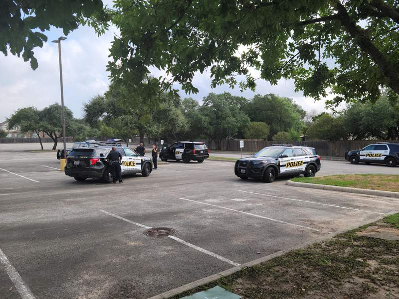 SAPD officers investigate a robbery on Thursday, Sept. 2, 2021, in the 5000 block of De Zavala Road.