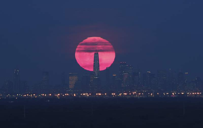 GREEN BROOK TOWNSHIP, NJ - FEBRUARY 19: The super snow moon rises behind lower Manhattan and One World Trade Center in New York City on February 19, 2018 as seen from Green Brook Township, New Jersey. (Photo by Gary Hershorn/Getty Images)