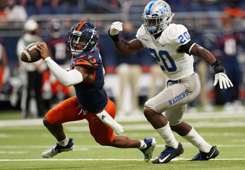 UTSA quarterback Frank Harris, left, is pressured by Middle Tennessee linebacker DQ Thomas (20) during the first half of an NCAA college football game, Friday, Sept. 25, 2020, in San Antonio.