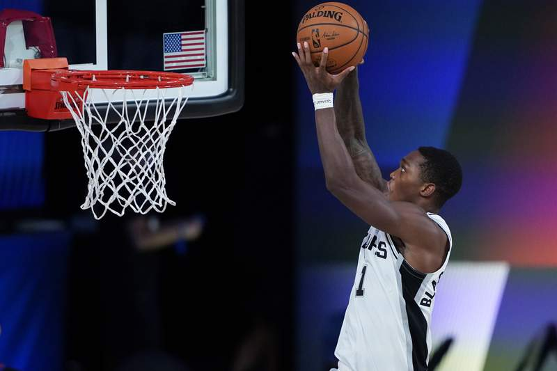 LAKE BUENA VISTA, FLORIDA - AUGUST 02:  Lonnie Walker IV of the San Antonio Spurs dunks against the Memphis Grizzlies during the second half of an NBA basketball game at Visa Athletic Center at ESPN Wide World Of Sports Complex on August 2, 2020 in Lake Buena Vista, Florida. NOTE TO USER: User expressly acknowledges and agrees that, by downloading and or using this photograph, User is consenting to the terms and conditions of the Getty Images License Agreement. (Photo by Ashley Landis-Pool/Getty Images)