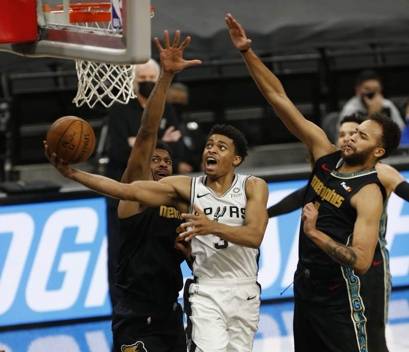 SAN ANTONIO, TX - JANUARY 30: Keldon Johnson #3 of the San Antonio Spurs #3 drives past Kyle Anderson #1 #3 of the Memphis Grizzlies at AT&T Center on January 30, 2021 in San Antonio, Texas. NOTE TO USER: User expressly acknowledges and agrees that , by downloading and or using this photograph, User is consenting to the terms and conditions of the Getty Images License Agreement. (Photo by Ronald Cortes/Getty Images)