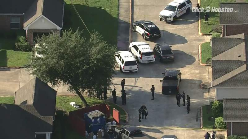 Houston police officers outside apartment complex after officers shot