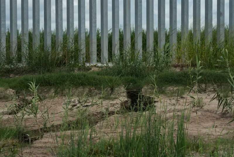 Erosion can be seen along the privately funded border wall that was built less than a year ago in Mission. (Verónica G. Cárdenas for The Texas Tribune/ProPublica)