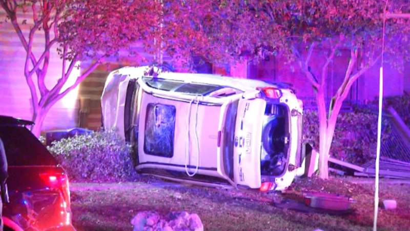 Pair sought by police after rollover crash on North Side
