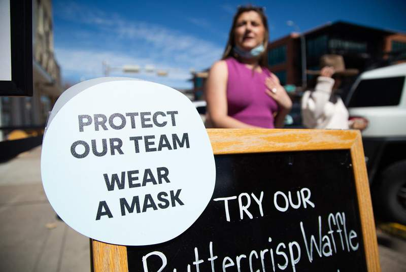 A sign in South Austin asks customers to wear a mask inside the business on March 3. The state is no longer under a mandate that people wear masks in public places. Businesses can still require masks. Government agencies, though, cannot levy civil or criminal penalties against people who don't cover their faces. (Credit: Evan L'Roy/The Texas Tribune)